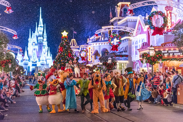 it's the spirit of the season, you can feel it in the air! | (c) Disney