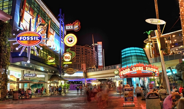 O Citywalk conecta os parques Island of Adventure e Universal Studios