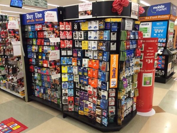 os gift cards ficam expostos pelos supermercados e farmácias.