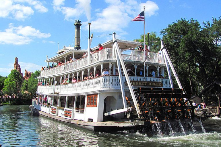 disney-point-liberty-square-riverboat