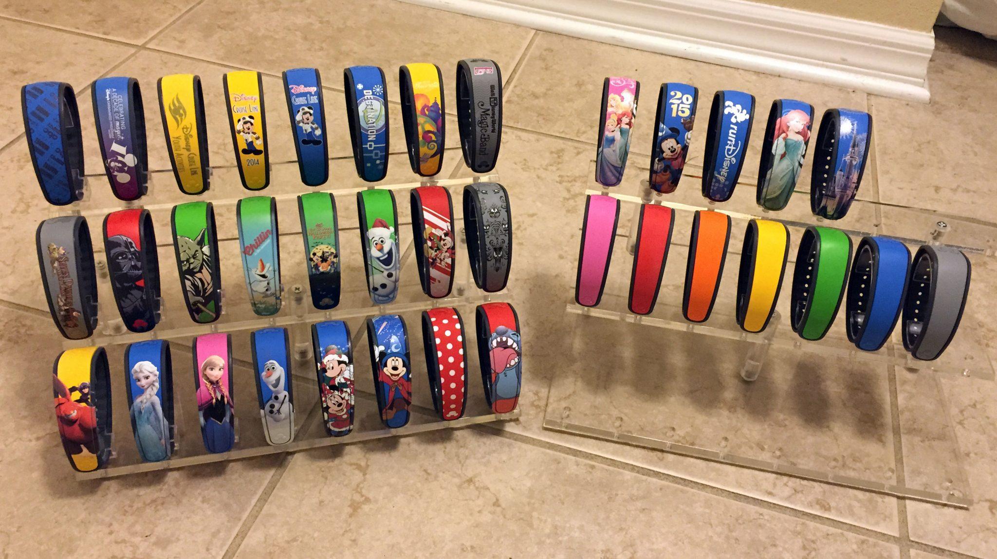 As MagicBands especiais são vendidas em todos os parques e resorts da Disney, e custam de US$20 a US$50. As básicas coloridas são vendidas por aproximadamente US$13. | (c) MagicBand Collector