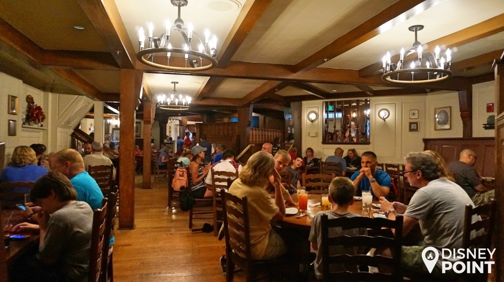 uma das várias áreas das mesas do Liberty Tree Tavern, com arquitetura bem típica!