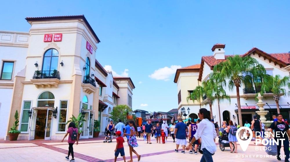 Disney Springs, o complexo de compras e entretenimento da Disney, com diversas opções de restaurantes e lojas.