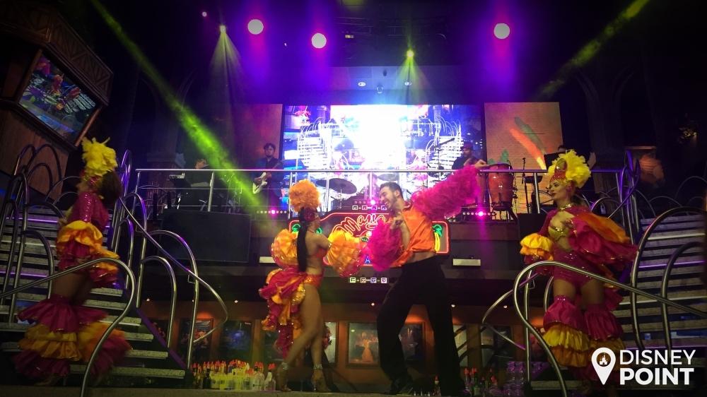 Os dançarinos são muito bons, e bem ecléticos, dançando vários estilos diferentes ao longo da noite.