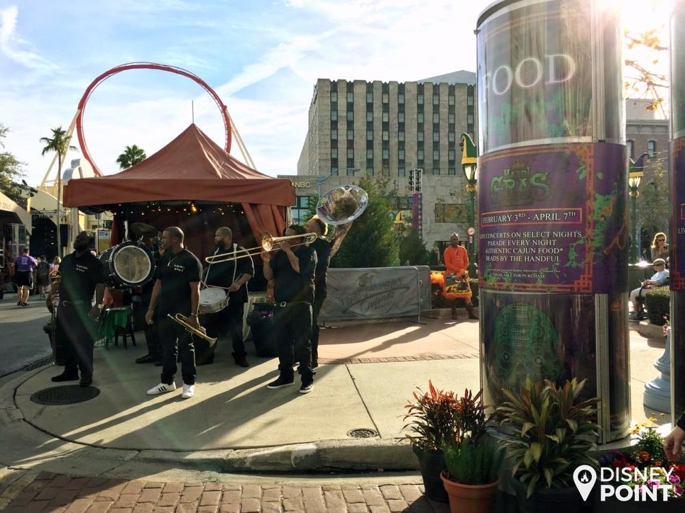 Bandas tocando músicas tradicionais da festa de Mardi Gras durante todo o festival
