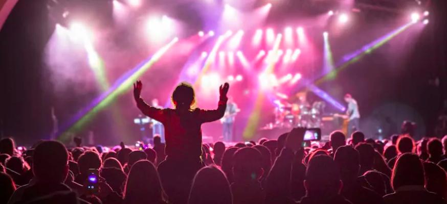 Artistas fazem apresentações aos finais de semana durante o Mardi Gras