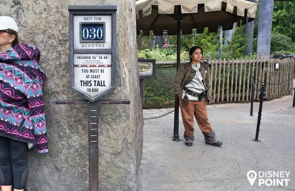 Na entrada das atrações você encontra sempre essa placa com a altura mínima exigida para poder entrar.