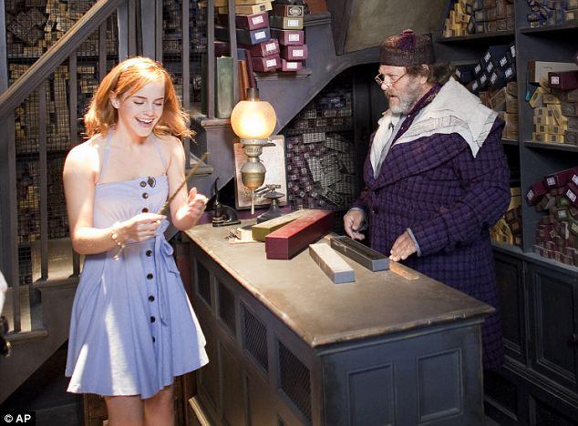 Nossa querida Emma Watson (Hermione Granger) sendo escolhida por uma varinha em visita ao parque