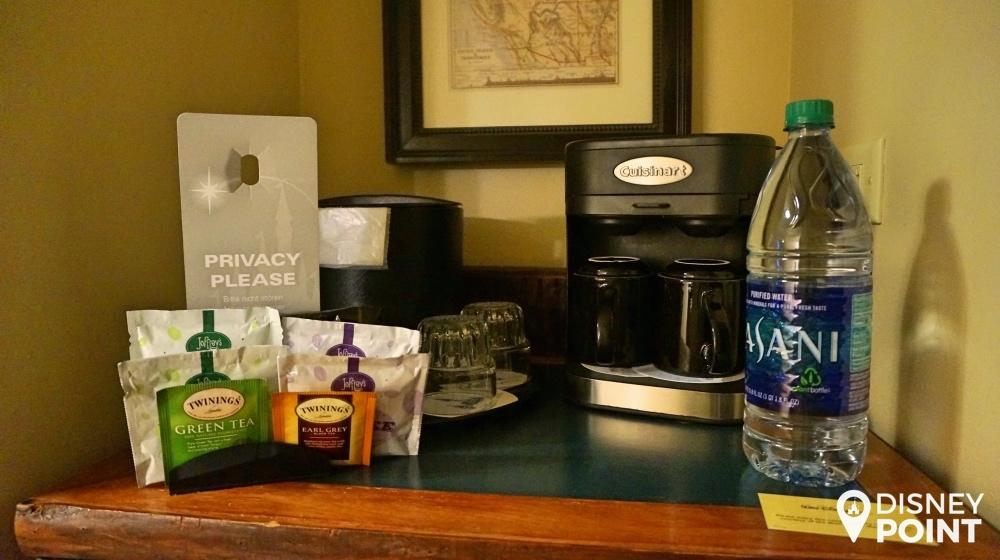 cafeteira, chás e cafés à vontade, e uma garrafa de água de 1,5l.