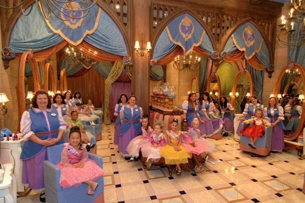 Bibbidi Bobbidi Boutique, o salão de beleza da Fada Madrinha que transforma qualquer criança em uma princesa de verdade!