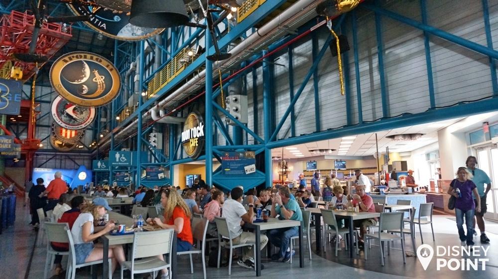 O Moon Rock Cafe oferece as mesmas opções que você encontra no resto do parque