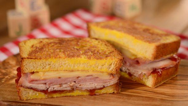 Monte Cristo with Raspberry Jam – sanduíche clássico de presunto, peito de peru, queijo suíço e geléia de framboesa. Toy Story Land Woodys Lunch Box Hollywood Studios Cardapio