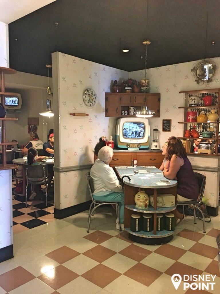 Disney Point Hollywood Studios 50's Prime Time Café Mesa-min